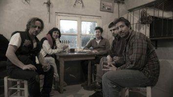 Parte del equipo de rodaje en Duggan donde vive el poeta Darío Rojo (a la derecha contra la ventana) y el director Mario Varela (derecha).