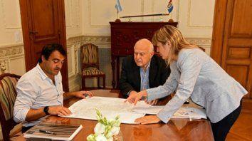 Reunión. La concejala Verónica Irizar, ayer, junto al gobernador y el titular de la Secretaría del Hábitat.