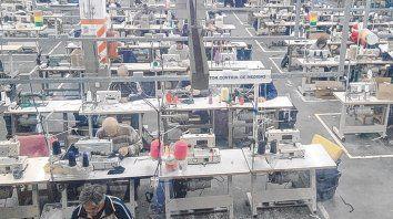 En el taller. La cooperativa se formó luego de que la empresa Plenit cerrara sus puertas en 2013.
