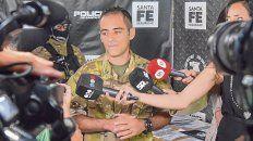 Explicaciones. El comisario Maximiliano Bertolotti, jefe de la TOE, estuvo al frente de los allanamientos de ayer.
