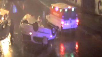 Un video muestra un tremendo choque que terminó con un auto volcado