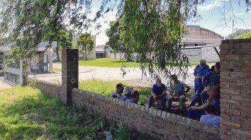 Preocupante espera. Cerca de una veintena de operarios de Marani aguardaban ayer sus acreencias.