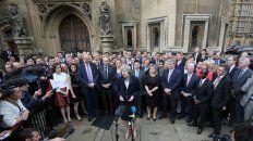 May habla a la prensa ante miembros del Partido Conservador británico.