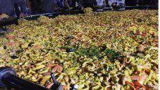 Las más grande. La paella lleva 300 kilos de arroz, 800 de mariscos y 400 de pollo.