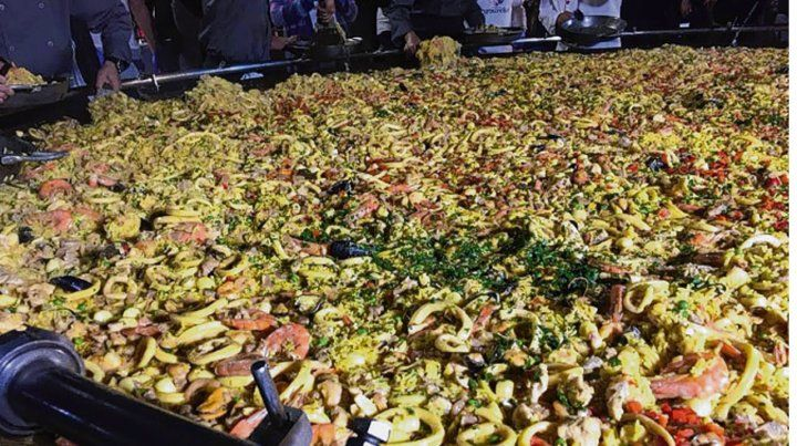 Las más grande. La paella lleva 300 kilos de arroz