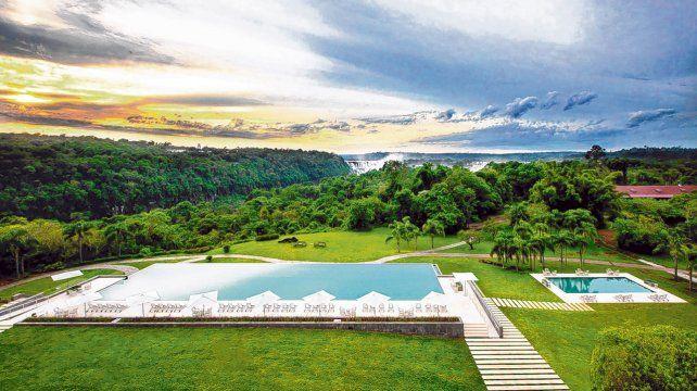 Al infinito. Uno de los lujos del hotel es la imponente piscina