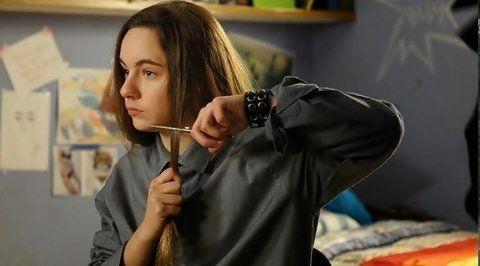 La escena. Juana se corta el cabello y comienza a nacer Juan.