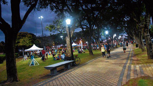 Espacio verde. La plaza Las Heras más iluminada.