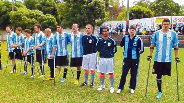 Con la selección. Lemos (tercero de derecha a izquierda) listo para salir a la cancha con la indumentaria de arquero de Argentina.