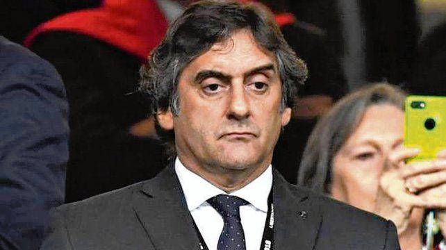 De traje. Francescoli siguió con atención la gran victoria de River en el Bernabeu.