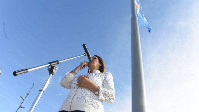 La intendenta presidió la inauguración del mega mástil en Puerto Norte.