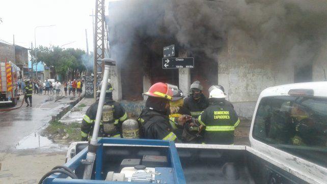 Un voraz incendio causó serios daños en una compraventa