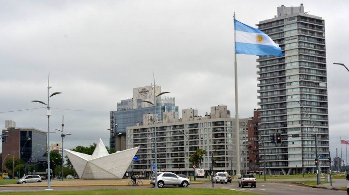 Alta en el cielo. La bandera flamea en el nuevo parque de la Arenera.