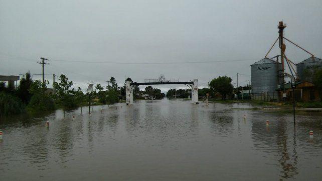Anegados. El 80 por ciento de la localidad de María Susana quedó bajo el agua al ceder una defensa hídrica.