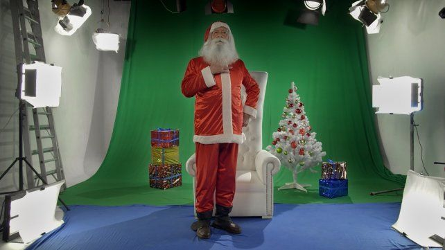 De carne y hueso. El director muestra en Todo el año es Navidad a once personas que trabajan de Papá Noel. Va del buscavidas al comerciante.