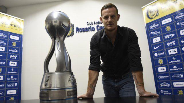 Copado. Mauro Cetto muestra con orgullo la Copa Argentina antes de la extensa charla con Ovación.