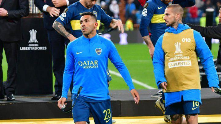 Con bronca. Tevez junto a Benedetto en el momento de la premiación en Madrid.