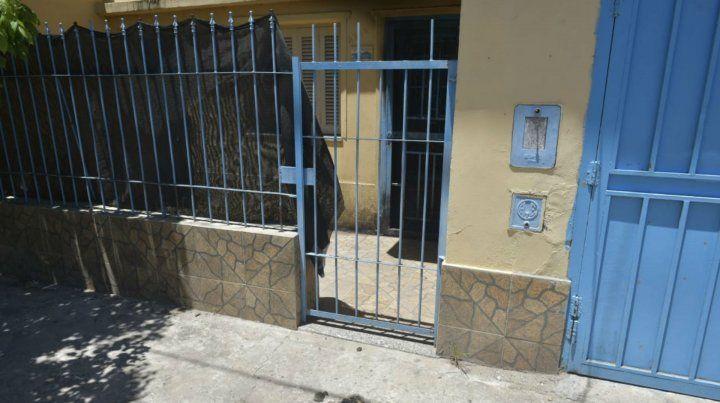 El negocio atacado ayer posee una entrada lateral que fue donde arrojaron la botella con combustible.