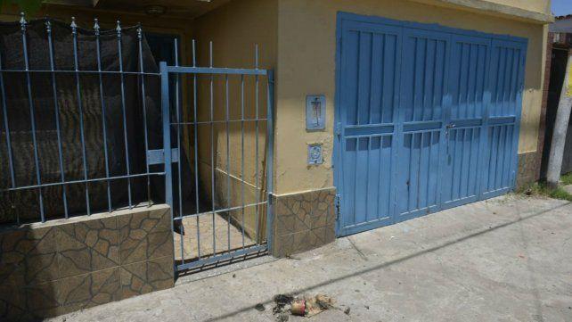 El frente del local atacado ayer con un explosivo casero.