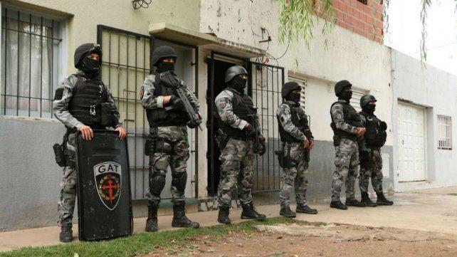 Efectivos de la policía provincial en uno de los domicilios allanados.