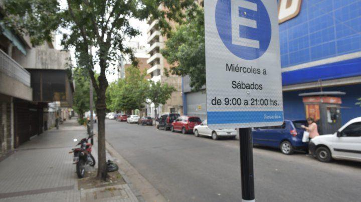 Habilitado. El cartel en Alsina y Mendoza que permite el doble estacionamiento en parte de la semana.