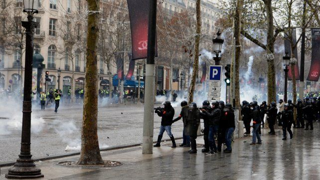 Ira ciudadana. Fuerzas de seguridad dispersan con gases a un grupo de manifestantes en la avenida de los Campos Elíseos.