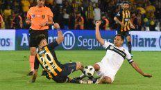 ¿Serán compañeros? Rinaudo y Zampedri disputan la pelota con todo en la final de la Copa Argentina.