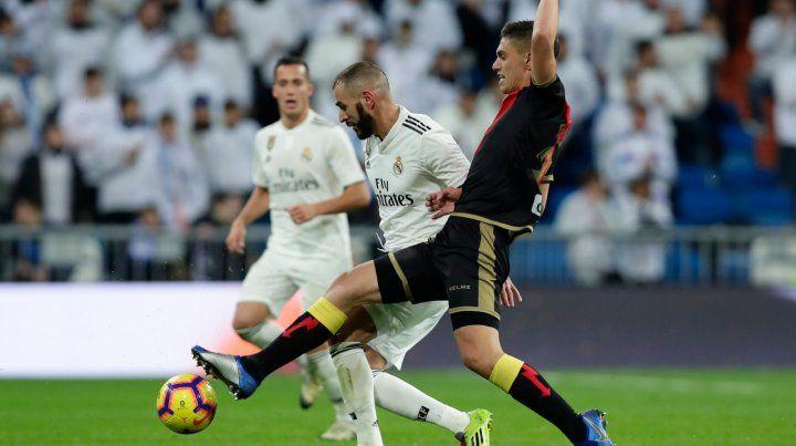Tras una infracción. Benzema marcó para el Real y luego se retiró con ciertas dudas.
