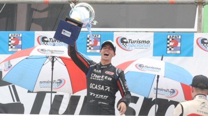 Pernía no es triste. El Tanito se desahogó en Viedma. Pese a que rompió motor celebró el título en el podio gracias a la serie.