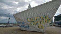 El barquito de Francia y la costanera terminó con pintadas de Central.