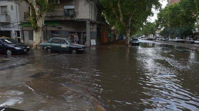 La lluvia torrencial inundó esquinas y complicó la circulación en la ciudad