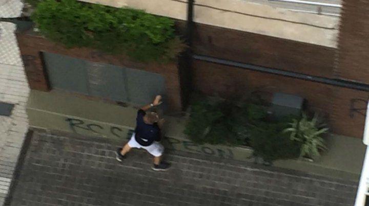 Los vecinos registraron el momento en el que hacían pintadas en frentes de edificios.