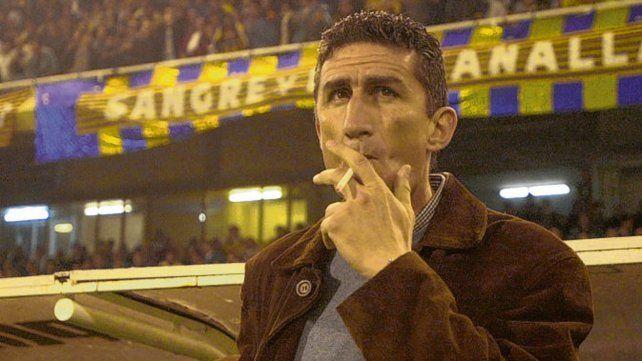 Fumando en el Gigante. En el 2001 el Patón dirigió a Central en la Copa y llegó a semis ante Cruz Azul.
