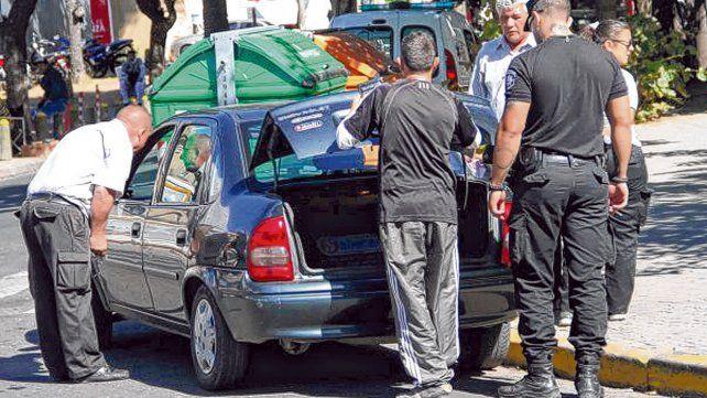 in fraganti. Policías e inspectores municipales chequean un remís trucho