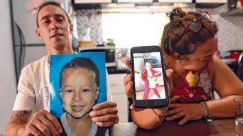 Dolor y recuerdo. Los padres de Francesco mostraron  la imagen del pequeño de cuatro años que se ahogó en la colonia de  verano el jueves pasado.