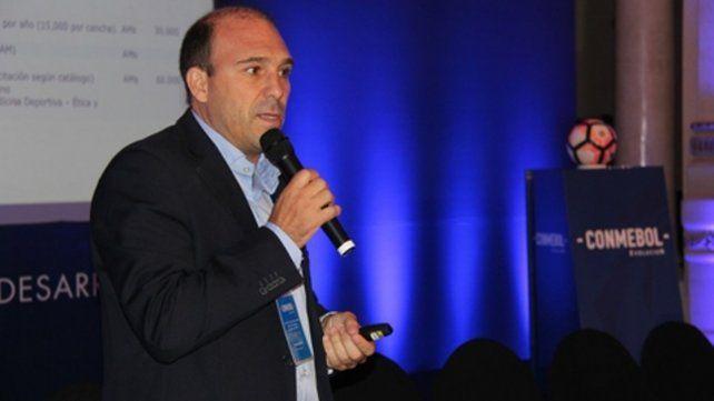 En pleno discurso. Belloso es un hombre muy activo en la Conmebol. También habló de la escandalosa final de la Libertadores.