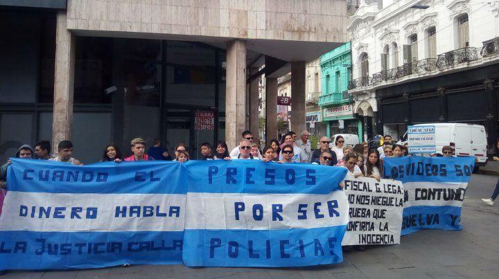 Amigos y familiares de los policías concentraron en la esquina de Córdoba y Entre Ríos.