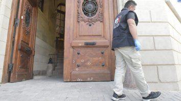 investigan el hallazgo de varios impactos de bala en el frente del concejo municipal