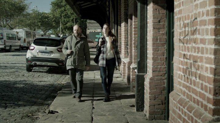 Por la isla de los inventos. El protagonista Jorge Sesan y la actriz local María Celia Ferrero en medio de una de las tantas postales del filme.