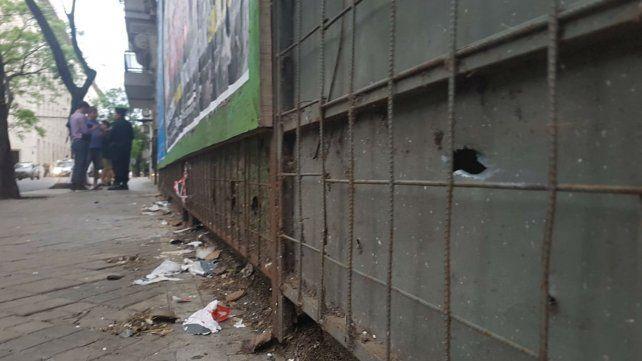 Una de las balas dio contra el fenólico de una obra en construcción lindera al MPA.