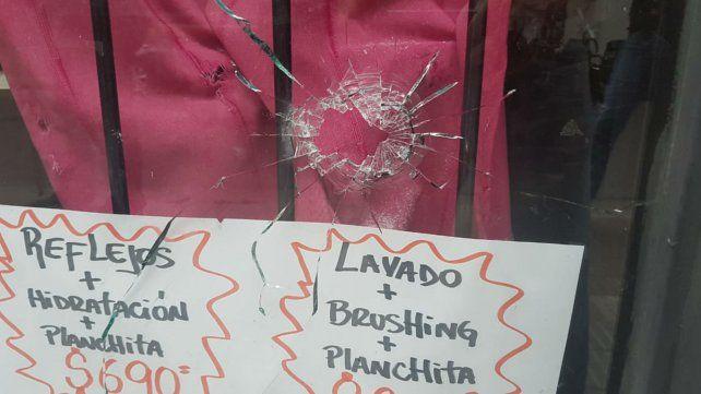 Una de las balas pegó contra la vidriera de una peluquería.
