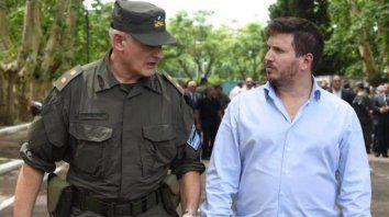 El diputado provincial, Federico Angelini, dialoga con personal de Gendarmería.