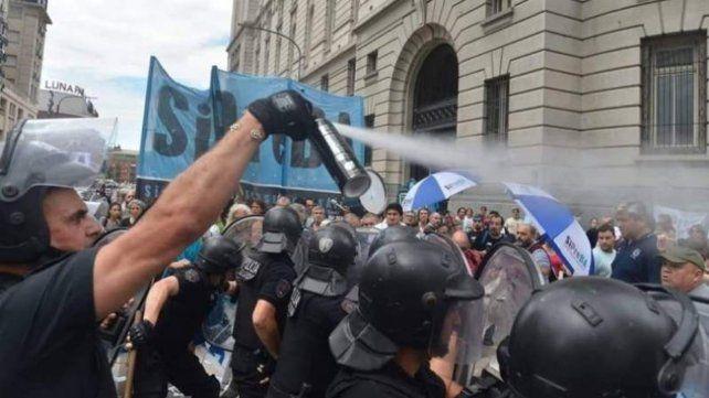 Trabajadores y trabajadoras de prensa de medios públicos fueron  reprimidos ayer al mediodía mientras  realizaban una protesta en reclamo de mejoras salariales.