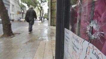 Afectados. Las balas alcanzaron a una peluquería y una salida lateral del sanatorio Plaza; ambos, linderos a la sede de Montevideo al 1900.