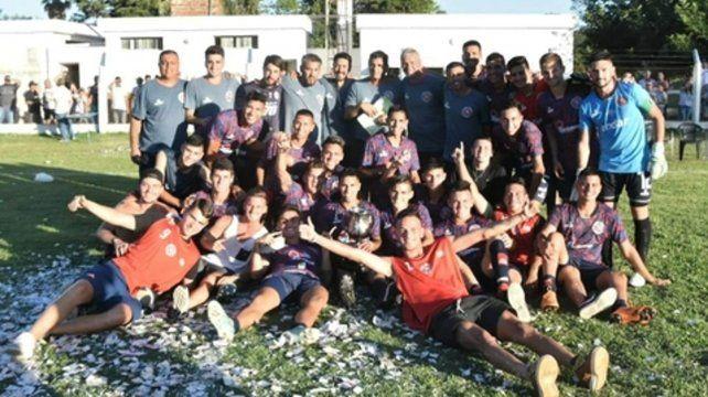El campeón . Los charrúas se quedaron por quinta vez con el torneo Hermenegildo Ivancich tras vencer a Morning Star por 2 a 0.