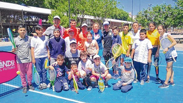Sólo los chicos. Coria posa junto con los pibes que participaron del programa que encabeza la Federación Santafesina de tenis.