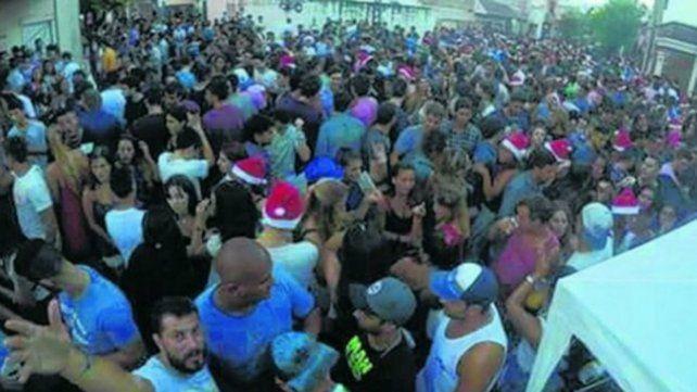 Calles tomadas. Uno de los festejos en la vía púbica rosarina que generó la presencia de cientos de personas.
