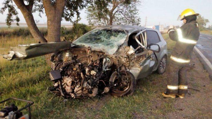 Así quedó el automóvil que conducía la mujer policía.