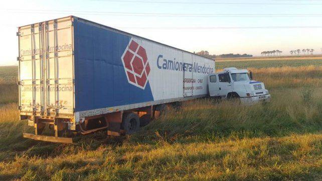 Tras el impacto, el camión se desplazó varios metros de la ruta.