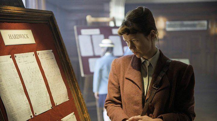 Rojo sangre. Anna Maxwell Martin interpreta a una de las operadoras que trabajó para los Aliados. Después de la guerra se dedica a resolver crímenes.